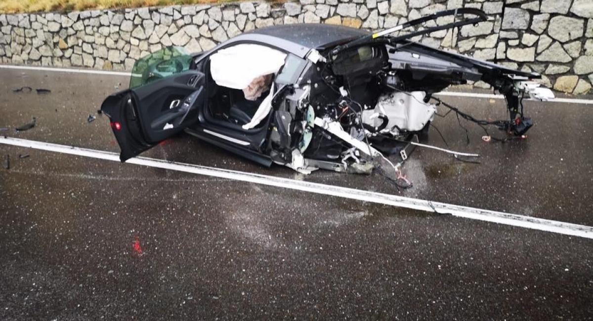 Audi R8 κόβεται στα δύο ύστερα από σύγκρουση με βαν