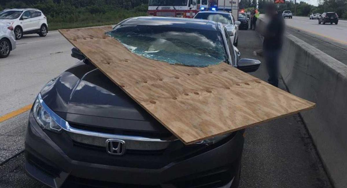 Κόντρα πλακέ καρφώθηκε στο παρμπρίζ ενός Honda