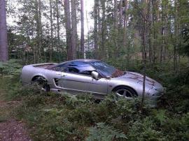 Περπατάς στο δάσος, και βρίσκεις ένα εγκαταλελειμμένο Honda NSX