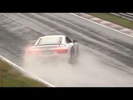 """""""Χεράς"""" σώζει Audi R8 V10 Plus στο βρεγμένο Nurburgring."""