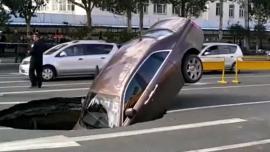 Tρύπα καταπίνει μια Rolls-Royce [Vid]